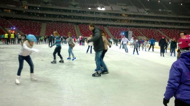 Pierwsi łyżwiarze na nowo otwartym lodowisku na Stadionie Narodowym