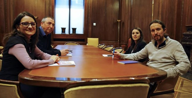 El líder de Podemos, Pablo Iglesias (d), junto a la portavoz adjunta de Podemos en el Congreso, Irene Montero (2d), durante la reunión con la vicepresidenta valenciana, Mónica Oltra (i), de Compromís, junto a Joan Baldoví (2i), dentro de la ronda de conta