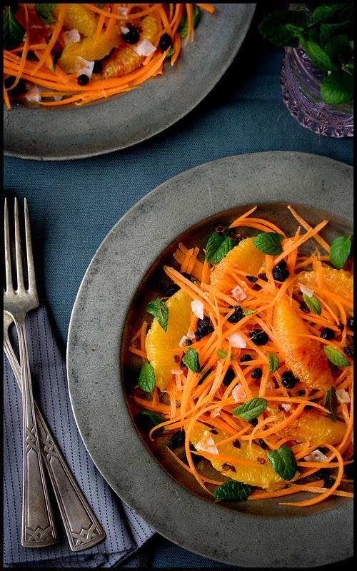 Karottensalat mit Orangen, Minze und schwarzen Johannisbeeren