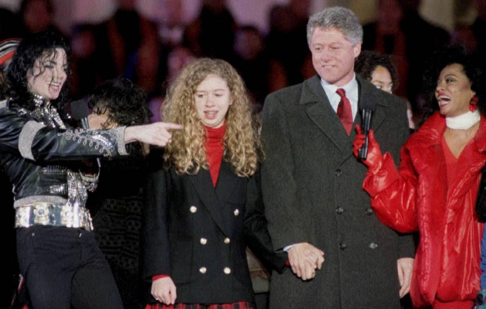Chelsea e Bill Clinton, entre os cantores Michael Jackson e Diana Ross, em 1993.