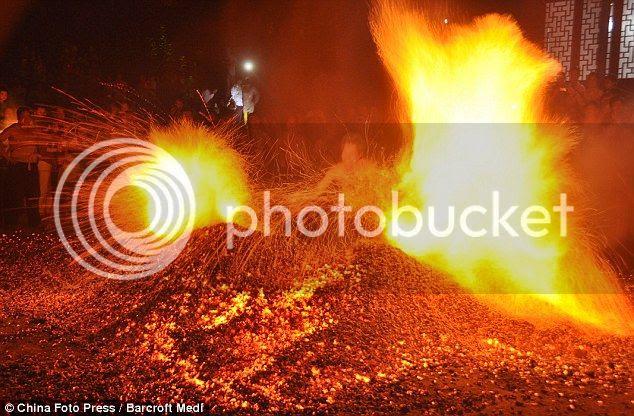 Chinos andando sobre el fuego