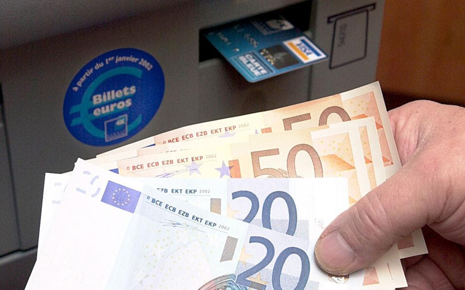 Σύμφωνα με επιτελικά στελέχη τραπεζών, η χρήση μετρητών ευνοεί τη φοροδιαφυγή και ο μόνος αποτελεσματικός τρόπος για τον περιορισμό της είναι η δραστική μείωση των μετρητών στην οικονομία.