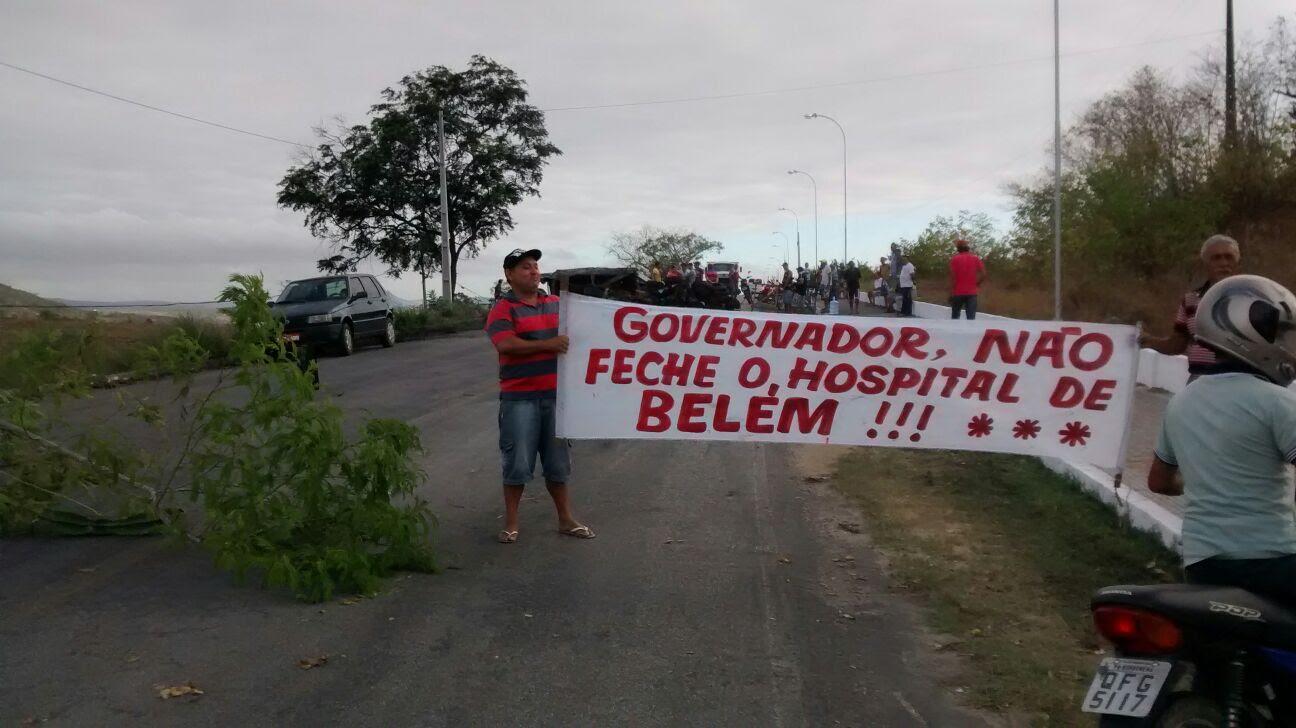 Rodovia foi bloqueada pelos moradores (Foto: Reprodução/Facebook)