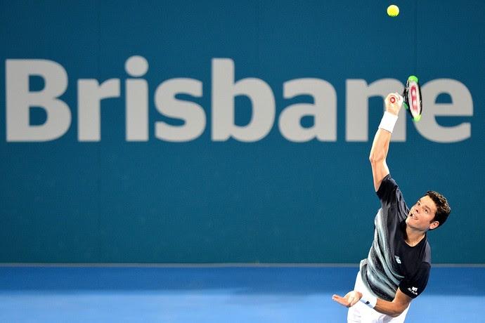 Milos Raonic saca na vitória sobre Rafael Nadal no ATP de Brisbane tênis (Foto: BRADLEY KANARIS / GETTY IMAGES ASIAPAC / Getty Images/AFP)