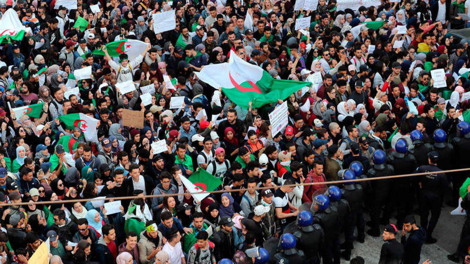 Estudiantes argelinos protestan contra la decisión del presidente del país, Abdelaziz Buteflika, de optar a un quinto mandato pese a su enfermedad