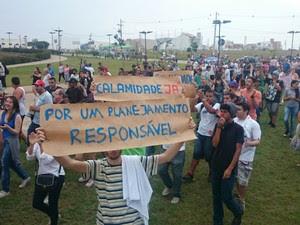 Policiamento é reforçado em frente à prefeitura durante protesto em Itu (Foto: Ana Carolina Levorato/G1)