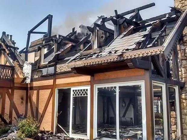 Fogo provocado por raio destrói casa de alto padrão em Campos do Jordão (Foto: Elias Lourenço/ Vanguarda Repórter)