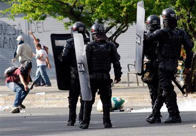 Un joven se enfrenta a la policía en Medellín.