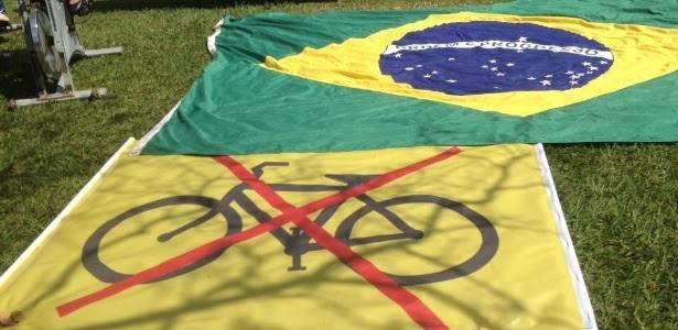 17.jun.2015 - Manifestantes colocam faixa com bicicleta em alusão a 'pedaladas fiscais' que atribuem à presidente Dilma Rousseff em frente ao TCU (Tribunal de Contas da União), em Brasília (DF)