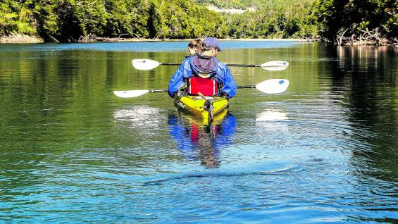 Kayak, en el Parque Nacional  Los Alerces.