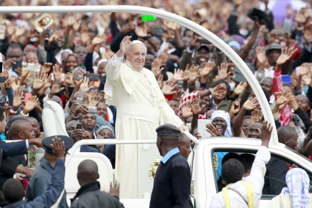 Arrivé dans sa papamobile découverte et accueilli par... (PHOTO THOMAS MUKOYA, REUTERS)