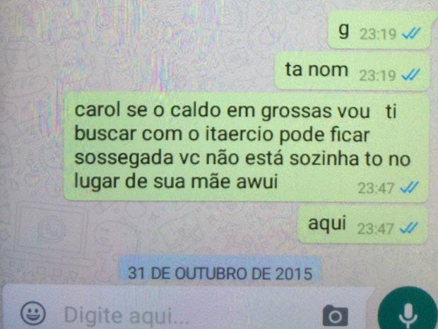 Mensagem de Whatsapp trocada por Ana Carolina com a família sobre a presença de Anderson na porta do prédio (Foto: Glauco Araújo/G1)