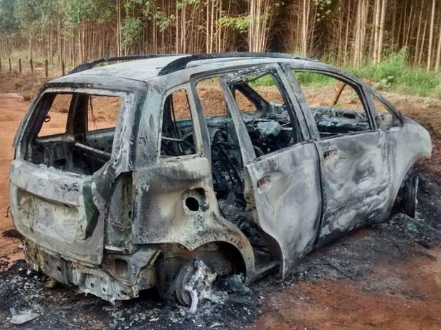 Carro de casal sequestrado, encontrado carbonizado na DF-180 (Foto: TV Globo/Reprodução)
