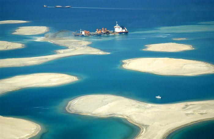 Homem construindo ilhas em Dubai 01