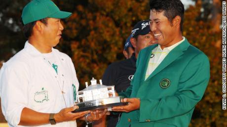Matsuyama posa con su caddie, Hayafuji, y el trofeo Masters.