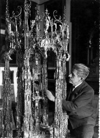 Julio Pascual ensamblando la Custodia de Arfe en 1939. Foto Rodríguez. Archivo Provincial de Toledo. Junta de Comunidades de Castilla-La Mancha