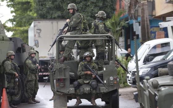 Soldados patrulham o Complexo da Maré, no Rio (Foto: Silvia Izquierdo/AP)