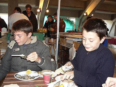 Pa et Cl qui mangent des huitres.jpg