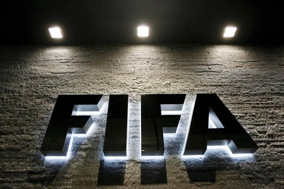 Fotografía de archivo tomada el 29 de octubre de 2007 que muestra la sede de la FIFA en Zúrich iluminada por la noche.