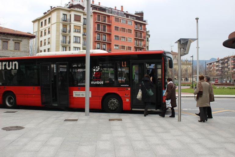 Autobús de la L-1 en la parada del intercambiador de Fermín Calbetón.