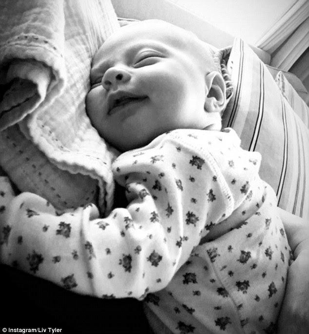 Precioso: Mãe orgulhosa Liv Tyler compartilhada um piscar de olhos doces de bebé Lula Rose, sorrindo, enquanto tirando uma soneca enquanto ela comemorou seu aniversário de seis semanas