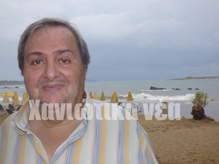ο δάσκαλος - ιστορικός ερευνητής και συγγραφέας Γιώργος Πιτσιτάκης, με φόντο τη θάλασσα της Ν. Χώρας όπου μεγάλωσε ως παιδί