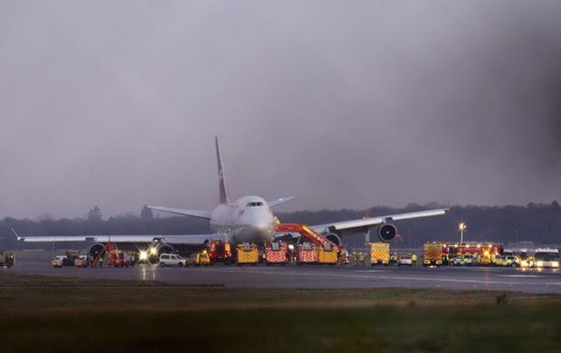 Avião que fez pouso de emergência no aeroporto de Gatwick, em Londres, aparece cercado de ambulâncias (Foto: Gareth Fuller/AP)