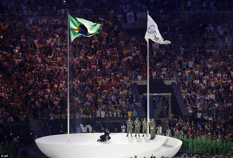 Soldados içar a bandeira olímpica durante a cerimônia de abertura dos Jogos Olímpicos de 2016 no Rio de Janeiro, Brasil, sexta-feira, agosto 5, 2016