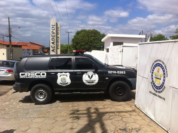 Suspeitos de fraude em concurso são levados para a Acadepol  (Foto: João Cunha/G1)