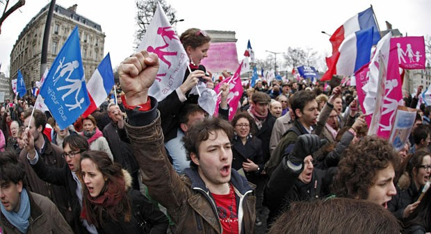 Fraceses protestam contra casamento gay em Paris (Foto: Reuters)