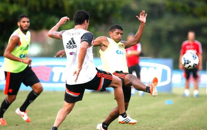 Jogadores do Flamengo treinam sem caneleira e com meia soquete (Foto: Gilvan de Souza / Flamengo)