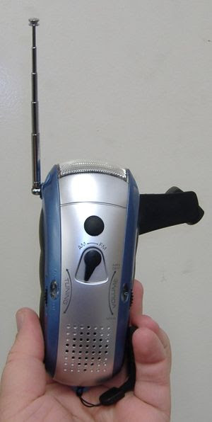 A handheld mechanically-powered flashlight wit...