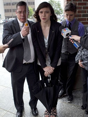 Nicole dá entrevista na saída do tribunal (Foto: Robert F. Bukaty/AP)