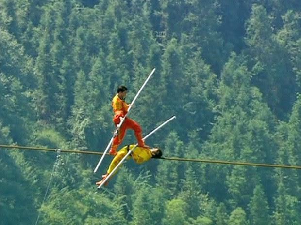 Equilibrista de 41 anos bate recorde na China (Foto: BBC)