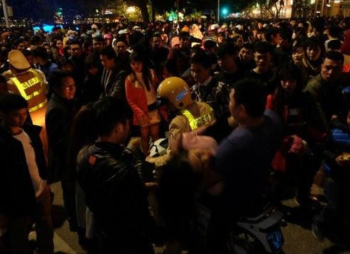 Hình ảnh Hà Nội: Đêm giao thừa 2016, trèo cây, chen lấn, ngất xỉu số 7