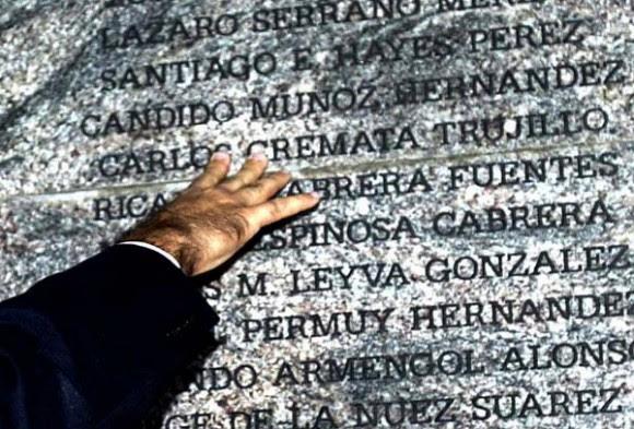 La mano de Fidel sobre la el monumento que recuerda a las víctimas del atentado, en Barbados. Foto: Ismael Francisco/ Cubadebate