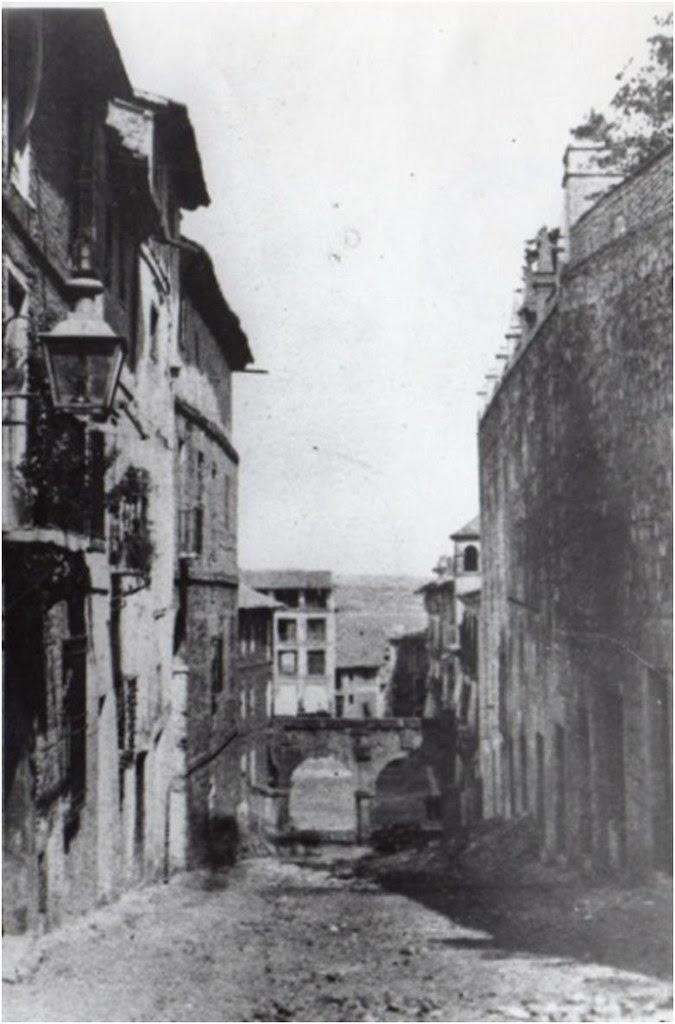 Arcos de Zocodover antes de ser demolidos en 1864. Al fondo la calle de la Lamparilla