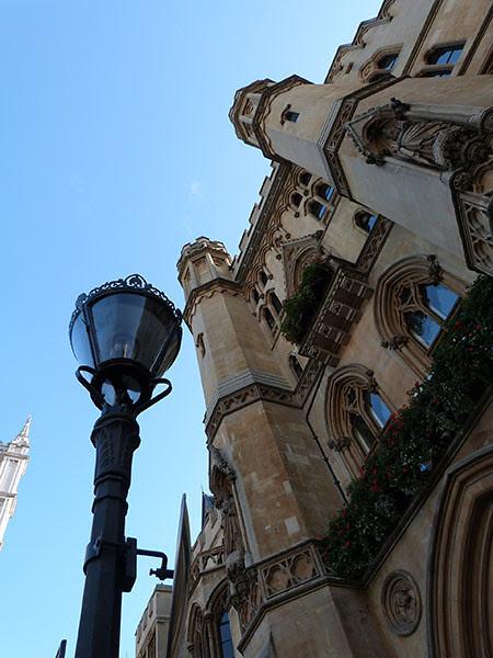 ciel et lampadaire à Westminster