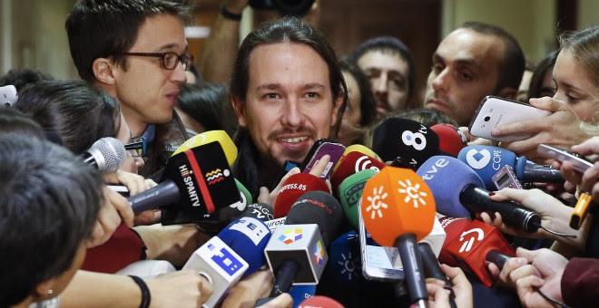 El secretario general de Podemos, Pablo Iglesias, rodeado de periodistas antes de su reunión con los diputados de su grupo en el Congreso de los Diputados. REUTERS/Andrea Comas
