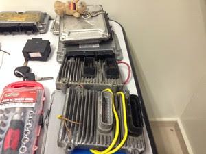 Módulos de injeção apreendidos com quadrilha especializada em furto de carros em Guararema. (Foto: Carolina Paes/G1)