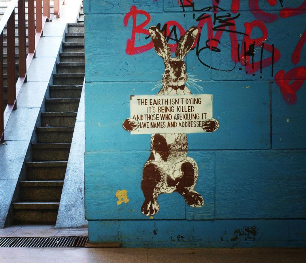 24 eloquentes obras de arte urbana mostrando a desagradável verdade 14