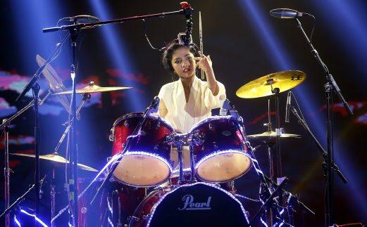 adik amira, pemain drum