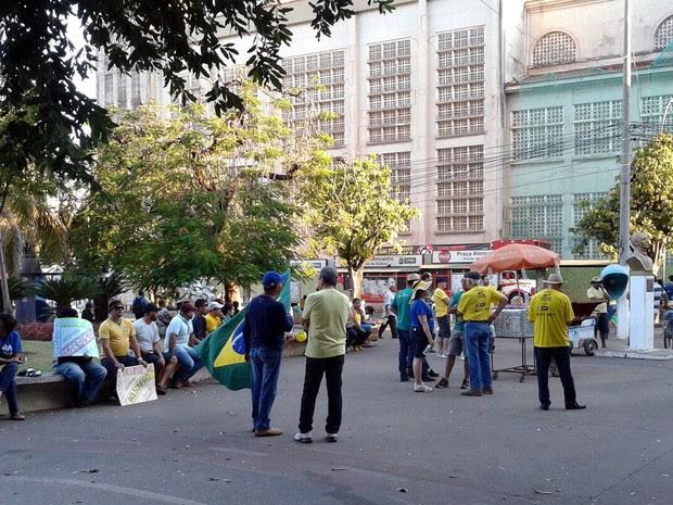 Concentração dos manifestantes na Praça Alencastro, em Cuiabá (Foto: André Souza/G1)