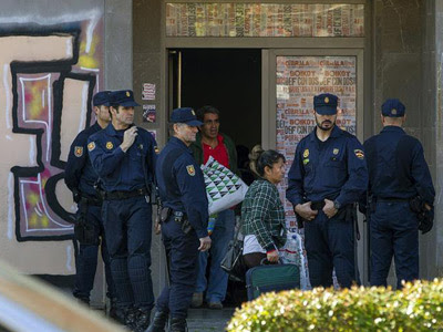 La Policía Nacional desaloja a las familias de la Corrala Utopía. EFE/Julio Muñoz