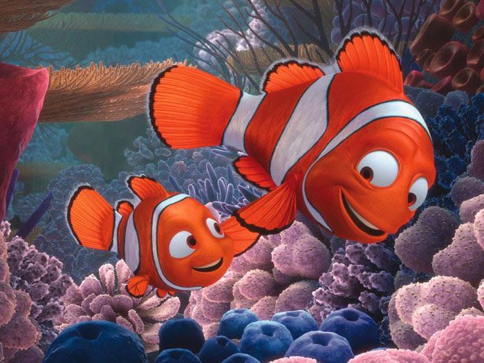 O desengonçado peixinho Nemo conta com a ajuda e incentivo do pai Marlin, que perdeu a sua esposa e cuida do filho sozinho e com o maior amor