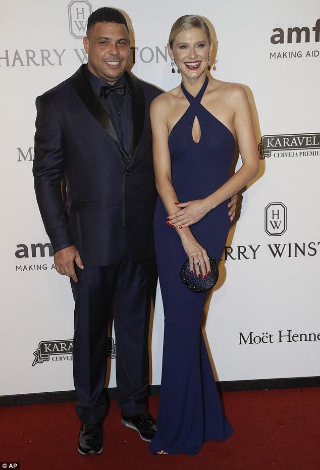 Estrela de futebol: Ronaldo e sua namorada Celina Locks mostraram seu apoio ao amfAR