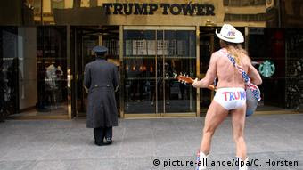 New York Robert John Burck naked cowboy (picture-alliance/dpa/C. Horsten)
