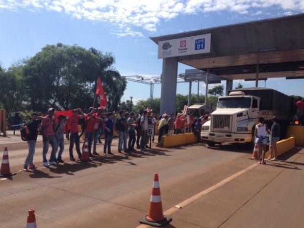 Manifestantes liberaram as cancelas, e veículos passam sem pagar pelo pedágio (Foto: Alberto D'Angele/RPC)