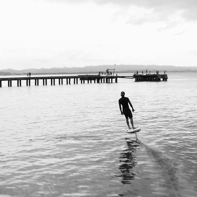 Ηλεκτρική σανίδα του surf που σε κάνει να πετάς πάνω από το νερό (1)