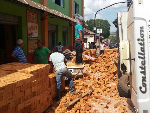 Tijolos ficaram espalhados pela calçada (Foto: Romeu Neto/ TV TEM)